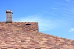 битум покрыл плитку крыши дома Стоковые Фотографии RF