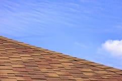 битум покрыл плитку крыши дома Стоковое Фото