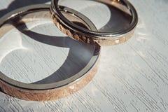 Бить молотком молотком кольца weddin Sunsine Стоковое Изображение RF