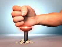 Бить ноготь молотком с кулаком Стоковая Фотография