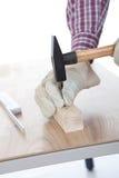 бить работника молотком древесины части ногтя Стоковая Фотография