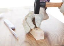 бить работника молотком древесины части ногтя стоковые изображения