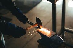 Бить сталь молотком Стоковое Фото