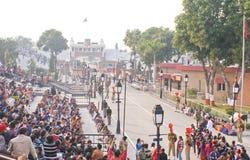 Бить церемония отступления на границе Wagah стоковые фото