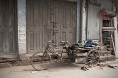 Бихар/Индия - 12 21 2013: Ворсины всадника рикши в улице стоковые изображения