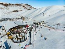 Бишкек, КЫРГЫЗСТАН - 24-ОЕ ДЕКАБРЯ 2018: Лыжный курорт Chunkurchak Отверстие сезона зимы стоковое фото rf