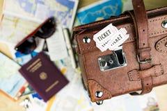 Билеты и чемодан с пасспортом и солнечными очками стоковое изображение