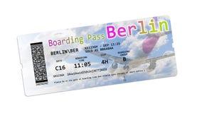 Билеты посадочного талона авиакомпании к Берлину изолировали на бело- Стоковые Изображения RF