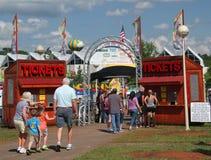 Билеты людей покупая для окружной ярмарки Стоковые Фотографии RF