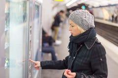 Билет дамы покупая для общественного транспорта Стоковая Фотография