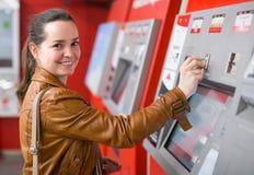 Билет женщины покупая на метро Стоковая Фотография RF