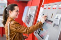 Билет женщины покупая на метро Стоковое фото RF