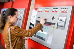 Билет женщины покупая на метро Стоковые Изображения