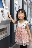 Билет допущения азиатской китайской маленькой девочки покупая на станции MRT стоковые фото