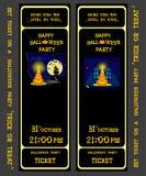Билет установленного дизайна на партии хеллоуина с тыквами, скелетом, котом, свечами, лампой, домом, летучими мышами и пауками иллюстрация штока