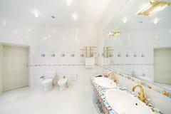 Биде и туалет и большое зеркало с раковинами в ванной комнате. Стоковое фото RF