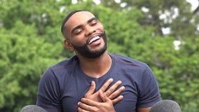 Благодарный любящий чернокожий человек