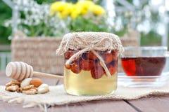 Благоприятный для экологии мед в стеклянных опарниках Стоковое Фото
