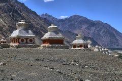 Благоустраивайте взгляд буддийских stupas около виска Diskit в долине Nubra, Ladakh, Индии стоковые фото
