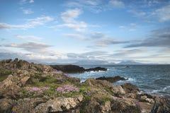 Благоустраивайте взгляд горной цепи Snowdonia от Angelsey на солнцах Стоковые Изображения RF