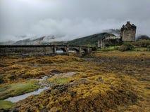 Благоустраивайте взгляд замка Eilean Donan, Шотландии Стоковое Изображение RF