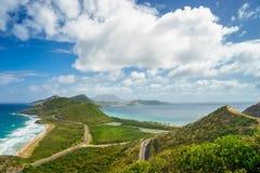 Благоустраивайте взгляд карибского моря и Атлантического океана смотря к югу от острова St Китс от вершины холма Тимоти Стоковое Изображение