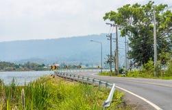 Благоустраивайте взгляд на резервуаре Сан Kamphaeng запрета и обматывая curvy дороге Стоковое фото RF