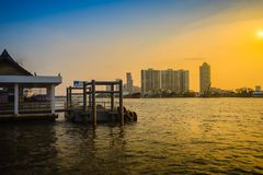 Благоустраивайте взгляд Chao Рекы Phraya на пироге района Krachao челки Стоковые Фото