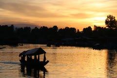 Благоустраивайте заход солнца плавучих домов и Shikara на озере Dal Стоковые Изображения RF