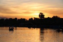Благоустраивайте заход солнца плавучих домов и Shikara на озере Dal Стоковое Изображение RF