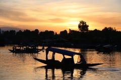 Благоустраивайте заход солнца плавучих домов и Shikara на озере Dal Стоковое Изображение