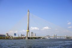 Благоустраивайте мост дороги Rama 8 пересекая реку Joa-Praya landmark Стоковая Фотография