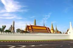 Благоустраивайте облака Wat Phra Kaew Бангкока Таиланда и красивое утреннее время неба стоковая фотография