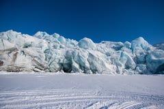 Благоустраивайте природу горы ледника дня солнечности ледовитой зимы Шпицбергена Longyearbyen Свальбарда приполюсного Стоковое Изображение