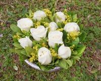 Бледная белая роза цветет букет на предпосылке травы Стоковое Фото
