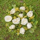 бледная белая роза цветет взгляд сверху букета на предпосылке травы Стоковая Фотография RF