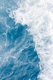 Бледный - голубая волна моря во время высокого прилива лета, абстрактной предпосылки океана стоковые фото