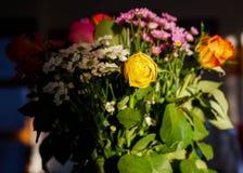 Блески захода солнца на красочном букете цветков стоковые фотографии rf