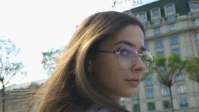 Блестящая дама в солнечных очках идя в город, здоровье молодости, городское воссоздание видеоматериал