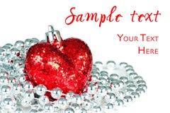 Блестящее прочитанное сердце с серебряными декоративными шариками Стоковое Изображение