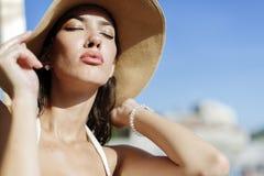 Блестящее posin девушки в солнце Стоковые Изображения