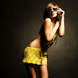 блестящие детеныши женщины солнечных очков Стоковая Фотография