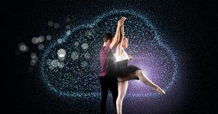 Блестящие танцы пар с цифровой накалять облака Стоковое Изображение RF