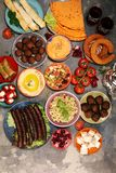 Ближневосточные или арабские блюда и сортированное meze, конкретная деревенская предпосылка falafel Турецкая бахлава десерта с фи стоковое изображение rf