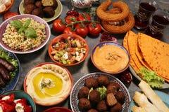 Ближневосточные или арабские блюда и сортированное meze, конкретная деревенская предпосылка falafel Турецкая бахлава десерта с фи стоковое изображение