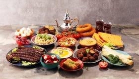Ближневосточные или арабские блюда и сортированное meze, конкретная деревенская предпосылка falafel Турецкая бахлава десерта с фи стоковое фото rf