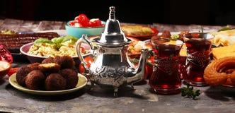 Ближневосточные или арабские блюда и сортированное meze, конкретная деревенская предпосылка falafel Турецкая бахлава десерта с фи стоковые фото