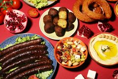Ближневосточные или арабские блюда и сортированное meze, конкретная деревенская предпосылка falafel Турецкая бахлава десерта с фи стоковые изображения rf