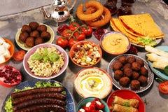 Ближневосточные или арабские блюда и сортированное meze, конкретная деревенская предпосылка falafel Турецкая бахлава десерта с фи стоковые изображения
