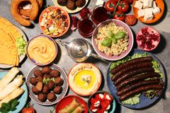 Ближневосточные или арабские блюда и сортированное meze, конкретная деревенская предпосылка falafel Турецкая бахлава десерта с фи стоковая фотография rf